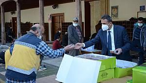 Vali Karaömeroğlu, vatandaşlara lokma tatlısı dağıttı