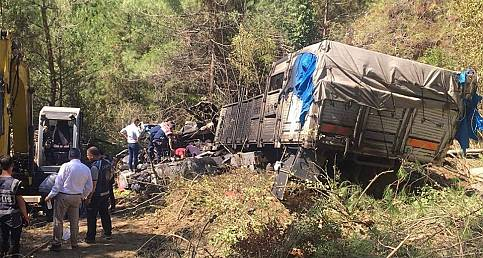 Uçuruma yuvarlanan kamyon alev aldı: 3 ölü