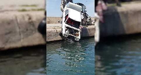 Türkeli'de otomobil denize düştü, sürücü kendi imkanları ile kurtuldu